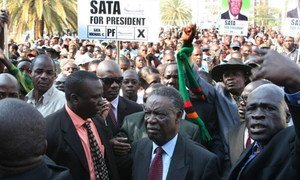 Le Président Michael Sata de Zambie (au centre) entouré de supporters.