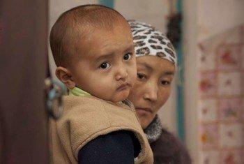 一对无国籍的母子在吉尔吉斯斯坦。