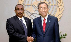 Le Secrétaire général Ban Ki-moon (à droite) avec le Premier ministre de Somalie, Abdiweli Mohamed Ali.