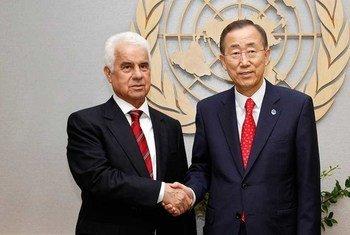 Le Secrétaire général des Nations Unies, Ban Ki-moon, rencontre le chef de la communauté chypriote turque, Dervis Eroglu, au siège des Nations Unies à New York en septembre 2011.