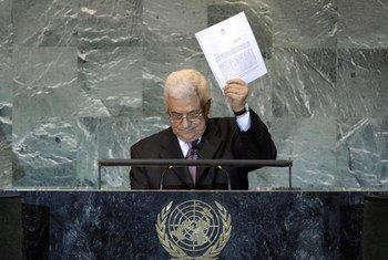 Le Président de l'Autorité palestinienne, Mahmoud Abbas, montre une copie de la candidature de la Palestine à l'ONU.