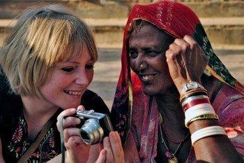 """这张由拉宾·查克拉巴蒂(Rabin Chakrabarti)拍摄的照片题为""""东西方相遇的欢乐"""",荣获联合国世界旅游组织2011年世界旅游日摄影大赛亚军。"""