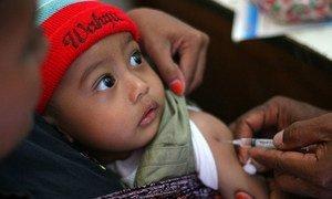 UNICEF y GAVI proporcionan vacunas y suplementos de vitamina A a los menores de cinco para activar sus sistemas inmunológicos.
