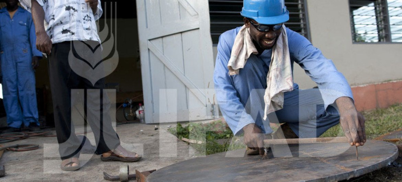Un jeune apprenti en formation technique dans le cadre d'un projet de développement rural au Ghana.