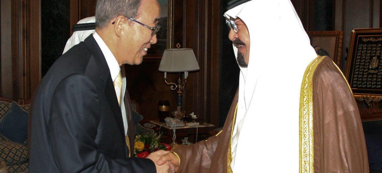 Le Secrétaire général Ban Ki-moon (à gauche) avec le Roi Abdullah d'Arabie saoudite en juin 2008 à Djeddah.