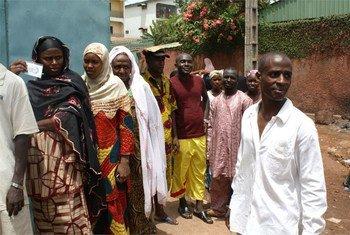 Des Guinéens dans les rues de Conakry patientent devant les bureaux de vote lors de l'élection présidentielle du 27 juin 2010 (archive)