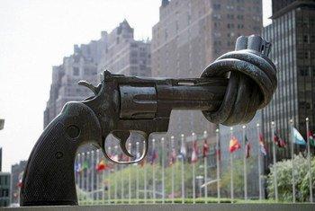 """""""Non-violence"""", une sculpture de Karl Fredrik Reutersward, au siège des Nations Unies à New York."""