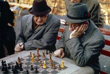 Des personnes âgées jouant aux échecs.