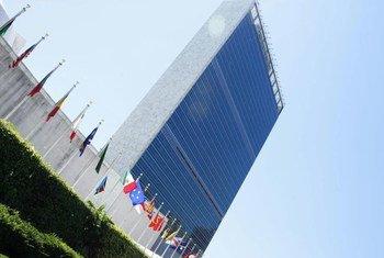 Les drapeaux des Etats membres flottant devant le siège des Nations Unies. Photo ONU/JC McIlwaine (archives)