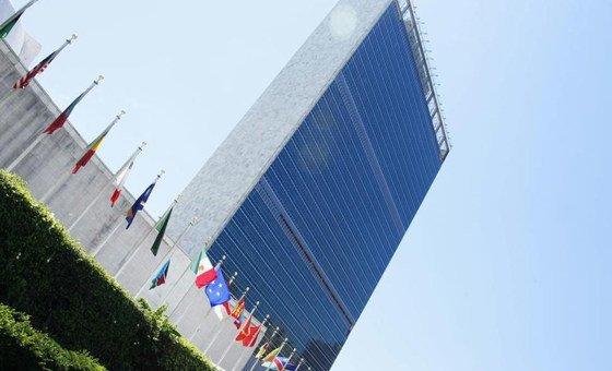 Флаги у здания штаб-квартиры ООН в Нью-Йорке. Фото ООН