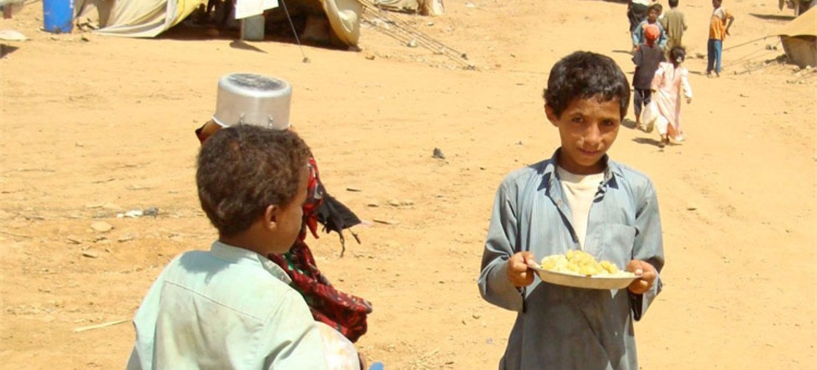 IDP children carrying food for their families in Mazraq One Camp, Yemen.