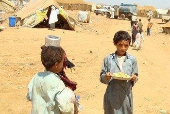 Des enfants déplacés dans un camp au Yémen. Photo : Adel Yahya/IRIN