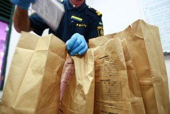 Policías forenses examinadon las pruebas recogidas en la escena de un crimen