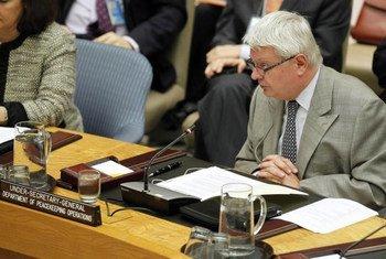 Le Secrétaire général adjoin aux opérations de maintien de la paix, Hervé Ladsous, devant le Conseil de sécurité lors d'un débat sur la réforme du secteur de la sécurité en Afrique.