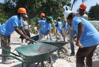 Des Haïtiens employés par le PNUD pour déblayer des décombres dus au séisme de janvier 2010.