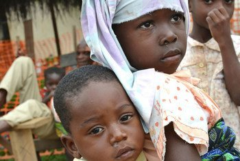 Des enfants sur un site pour familles déplacées à Guiglo, dans l'ouest de la Côte d'Ivoire.