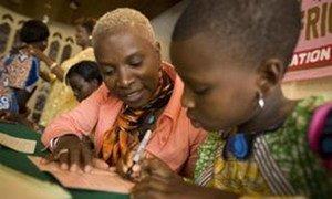 Angélique Kidjo, Ambassadrice de bonne volonté de l'UNICEF, avec une petite fille au Bénin. (archives) Photo UNICEF/NYHQ2007-1561/Asselin