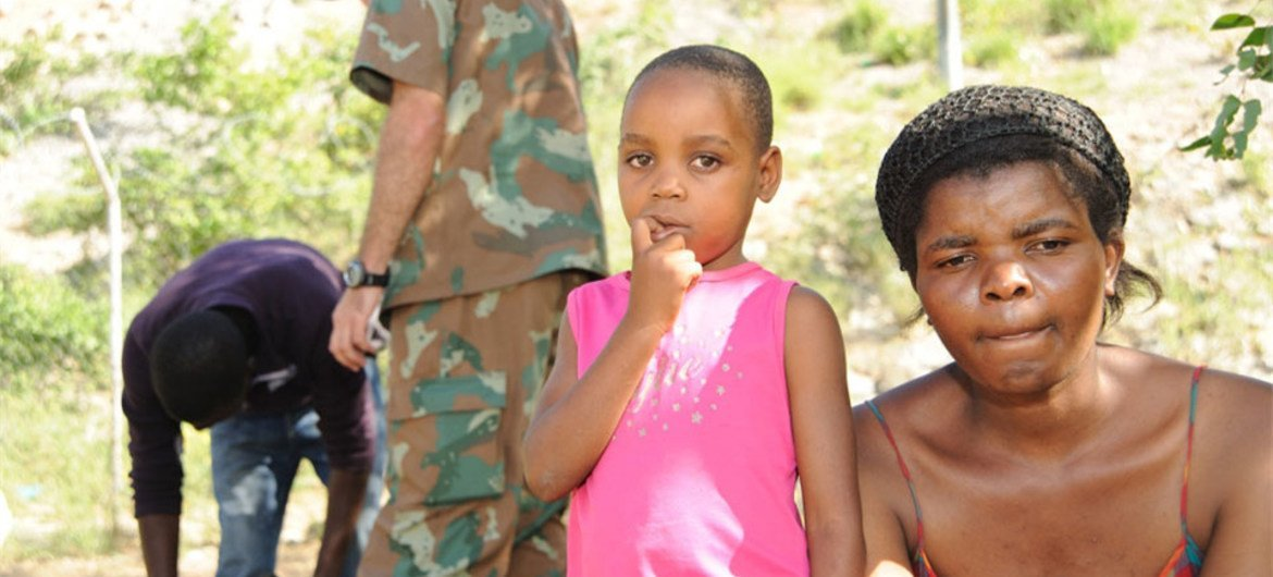 South African soldier apprehends illegal migrants from Zimbabwe