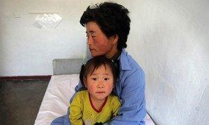 Une mère et son enfant dans un hôpital soutenu par l'ONU en République populaire démocratique de Corée.