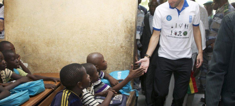 L'Ambassadeur de bonne volonté du PNUD, Zinédine Zidane (à droite) rencontre des étudiants dans un école à Bancoumana, au Mali.