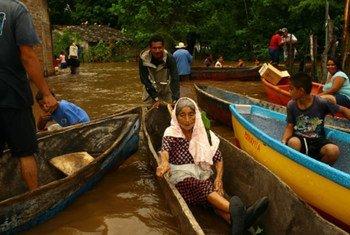 Une femme évacuée de la communauté de El Icaco à Usulutan, au Salvador.