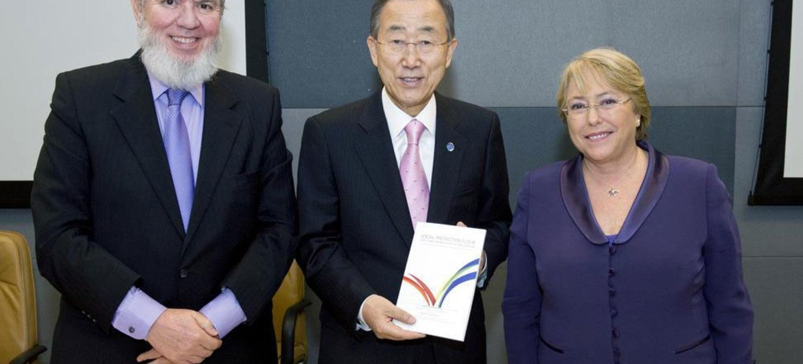 Secretary-General Ban Ki-moon (centre) is joined by ILO chief Juan Somavia (left) and head of UN Women Michelle Bachelet at handover of report