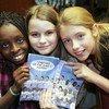 儿童参加在联合国日内瓦办事处举办的漫画书《进球得分》的发布仪式。