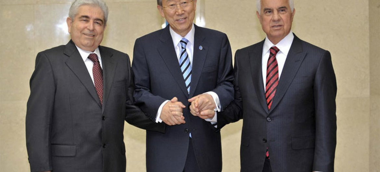 Le Secrétaire général Ban Ki-moon (au centre) avec les dirigeants chypriotes grec et turc, Dimistris Christofias et Dervis Eroglu.