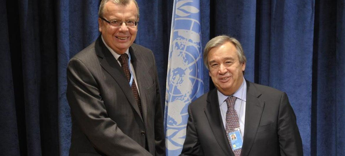 UNODC chief Yury Fedotov (left) and UNHCR head António Guterres announce joint plan of action