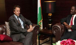 Le Représentant spécial de l'ONU Bert Koenders (à gauche) et le Premier ministre de Côte d'Ivoire, Guuillaume Soro.
