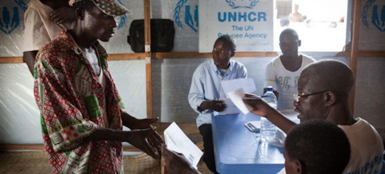 Un employé du HCR aide des réfugiés angolais à préparer le retour dans leur pays depuis la RD Congo.