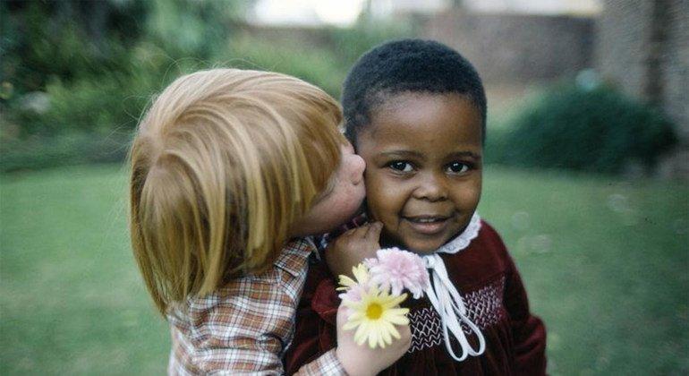 Niños de Cape Town, Sudáfrica, en una fotografía tomada en los años ochenta, cuando el matrimonio interracial estaba prohibido en ese país