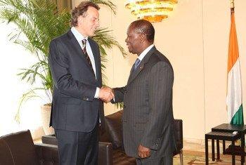 Le Représentant spécial Bert Koenders (à gauche) rencontre le Président ivoirien Alassane Ouattara.