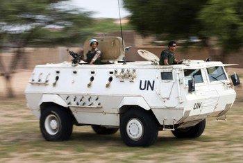 Des Casques bleus de la MINUAD en patrouille à Um Kadada, au Nord-Darfour. Photo ONU/Albert Gonzalez Farran