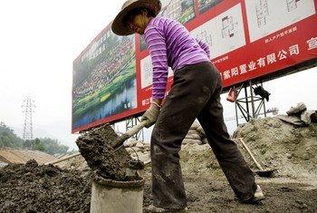 Un ouvrier dans le comté de Wenchuan, en Chine.