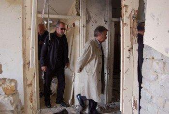 Le Haut commissaire des Nations Unies pour les réfugiés Antonio Guterres (à droite), visite le bureau endommagé du HCR à Kandahar en Afghanistan