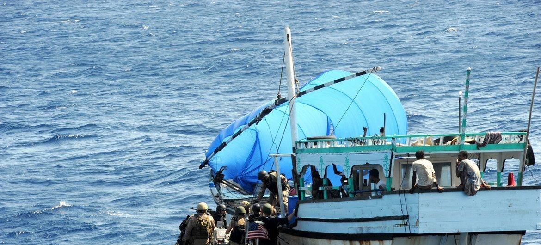 Des opérations de lutte contre la piraterie sont menées dans le golfe d'Aden et la côte orientale de Somalie.