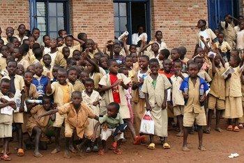 Des écoliers devant leur nouvelle école au Burundi.