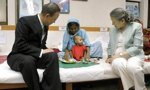 Secretary-General Ban Ki-moon (left) and his wife, Yoo Soon-taek meet a mother and child at the International Centre for Diarrhoeal Disease Research in Dhaka