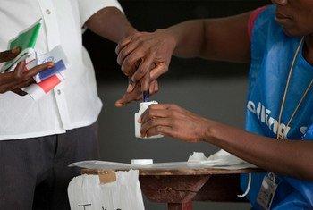 Un homme a son doigt trempé dans l'encre après avoir voté aux élections nationales au Libéria le 11 octobre 2011.