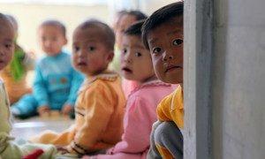 Des enfants de la ville de Hamhung, en République populaire démocratique de Corée. Ils bénéficient de l'aide du PAM et de l'UNICEF.