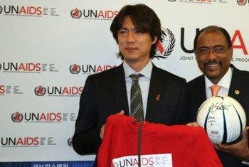 Le footballeur coréen Myung-Bo Hong (à gauche) avec le Directeur exécutif d'ONUSIDA, Michel Sidibé.