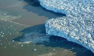 Impact des changements climatiques sur les glaciers et les icebergs.  Photo ONU/Mark Garten