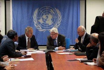 Le Secrétaire général adjoint des Nations Unies aux opérations de maintien de la paix, Hervé Ladsous (au centre), lors d'une réunion en Afghanistan.