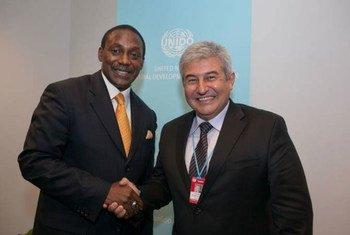 L'astronaute brésilien Marcos Pontes (à droite) avec le Directeur général de l'ONUDI, Kandeh Yumkella.
