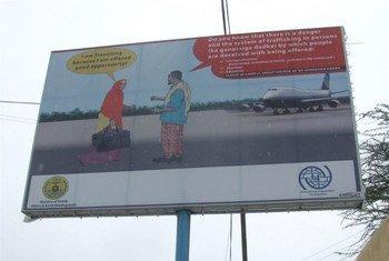 Cartel sobre el trafico ilegal de personas Foto:Mohamed Amin Jibril/IRIN