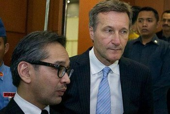 Indonesian Foreign Minister Marty Natalegawa (left) and CTBTO Executive Secretary Tibor Tóth speak to the press after ratification of the treaty.