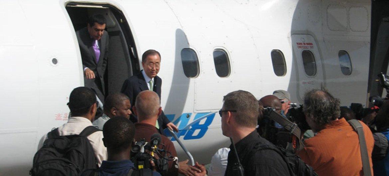 Secretary-General Ban Ki-moon arrives in Somalia followed by the president of the General Assembly Nassir Al-Nasser