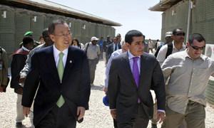 Le Secrétaire général Ban Ki-moon (à gauche) et le Président de l'Assemblée générale Nassir Abdulaziz Al-Nasser (au centre) dans la capitale somalienne Mogadiscio, début décembre 2011.