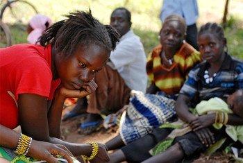 Des civils déplacés par des attaques de la LRA. Photo ONU/Tim McKulka